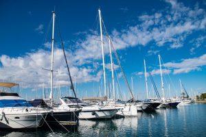 Muelle con barcos amarrados