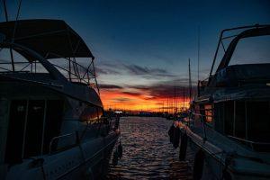 Vista de cielo al atardecer entre dos barcos