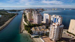 Zona costera con pisos y hoteles