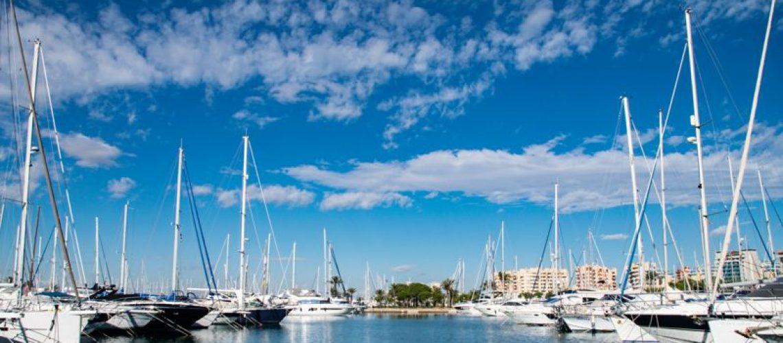 Imagen de un muelle en calma con barcos amarrados a ambos lados